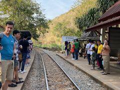 みんな待っていると言う事は、列車が来ると言う事か…… しばらくすると、汽笛と共に列車到着。