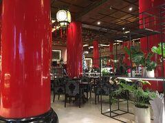 2日目の朝。 朝食はビュッフェレストラン松鶴で。 お料理はレストラン松鶴にかなりの広さをとって並んでいるのだけど、席が足りないらしく、向かい合わせのガーデンカフェの席も朝食に使われていた。