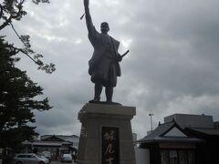 松江開府の祖である堀尾吉晴の像。 堀尾吉晴は豊臣三中老のひとりで、武勇ある勇猛ですが、温和で誠実な一面もあり、仏の茂助とも呼ばれていました。関ヶ原の合戦ででは徳川方に付き、息子が武功をたてたため、出雲・隠岐を与えられこの地に赴いたそうです。普請上手な武将だったためか、広い城下が見込め、交通の要衝となる松江に拠点を置いたのはこの方。この姿は築城や城下造成を指揮する姿なんだそうです。