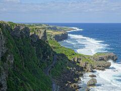 かなりな断崖絶壁。 伊江島というと、城山と並んでよく出てくる景色。