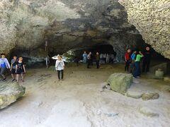 洞窟内部。 右端にある、石の台の上に乗っている丸い石は、持ち上がると子宝に恵まれるという「力石」。 持ち上げている女子生徒もいた。
