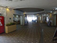 伊江島のフェリーターミナル「伊江島はにくすに」。