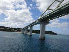 朝、歩いて渡った瀬底大橋をくぐる。