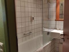 今回は最初2泊は西駅(ウェストバーンホフ)隣のメルキュール。 理由は安いからw というのと行かなかったが日帰りでザルツブルクかインスブルックに行こうかな?とも考えていたため。  ここはアップグレードとかもなかったけれど浴槽はある。 が・・・アメニティが全然ない。ボディーソープのみ。