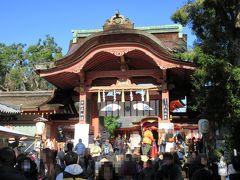 10分ほど参道を歩いて南門に着くと、すごい数の参拝客。さすが日本三大八幡宮の1つですね。拝殿に向けてゆっくりと進んでいきます。