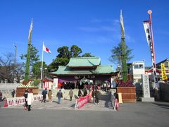 京橋から準急に乗って香里園で下車し、成田山不動尊をお参りします。千葉県成田市にある新勝寺の別院です。入口には孟宗竹などで作られた巨大な大門松が飾られていました。