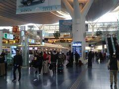 師走の羽田空港国際線ターミナル。まもなく名称変更になり「第3旅客ターミナル」に。お客さんの数はそこそこですかね。