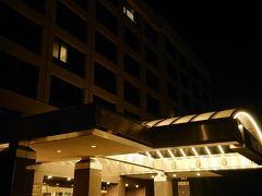2日目のホテルに到着。 翌朝の早朝便で出発のため、サンフランシスコ空港の近くのホテルにしました。 BARTは早朝から動いているので、サンフランシスコ市内でもう1泊してもよかったのですが、市内のホテルは高額なので、空港近傍のホテルにしました。 今朝のように、Powell駅に早朝入場できないことを考えると正解でした。 BARTで一旦サンフランシスコ空港へ移動し、各ホテル行きのシャトルバスでホテルに向かうことができます。 翌朝のチェックインカウンターを下見してからホテルに向かいました。