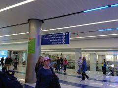 定刻通りLAXに到着。少し、ターミナルまで待たされましたが、乗り継ぎ時間は十分有りそうなので、一安心。 LANDサイドに出ると、セキュリティチェックが面倒なので、先ほどの3枚目のチケットの指示に従い、セキュリティ内を徒歩で国際線のTom Bradleyターミナルへ向かいます。