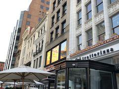 一階がレストラン、バーになっているCharlelsmarkホテルは目の前にコプリー駅、コプリー広場があり、とても便利なホテルです。
