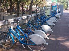 朝食後は地下鉄に乗り生態園区駅へ。 駅を出てすぐにレンタル自転車が並んでました。 高雄の自転車はブルーなんですね。