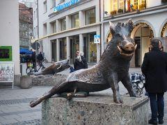 ドイツ狩猟漁猟博物館前にある猪。テカッてる場所を私もなでなで 笑