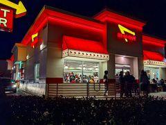 こちらは「IHOP」のお向かいにある「IN-N-OUT Burger」 大人気のバーガーチェーンで、特にこの店舗は観光地に近いのでいつも人が溢れています。 座れない場合も多いせいか、店舗周辺にはマナーの悪い人がゴミをそのままにしている嘆かわしい光景を目にすることもあります。 確かにバーガー類は美味しいけど、長時間並んでまで・・・って感じかな。