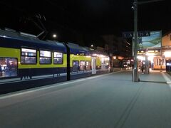 6時49分発の列車でグリンデルワルトを出発します。 外はまだ真っ暗。 駅前のホテルなので、余裕をもって列車に乗り込めます。