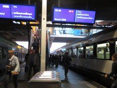 歴史な町並みを左右に見ながらベルン駅に到着しました。ここでサンクトガレン行の特急列車に乗り換えチューリッヒに向かいます。乗換時間は8分。スイスの首都ですから、駅も当然混雑しています。先を急ぎましょう。