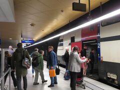 乗車した列車は、ベルン駅とチューリッヒ駅の間をノンストップで快走し、チューリッヒ中央駅の地下ホームに到着しました。ここでシンゲン行の特急列車に乗り換えます。乗換時間は9分、駅構内はベルン駅よりも混雑、しかも地平ホームへ上がらなければなりません。駅で働いてる人にエスカレーターの位置を聞き、15番ホームを目差します。