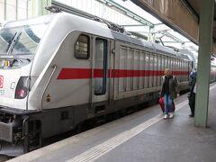 2時間程かけてシュツットガルト中央駅に到着です。ここでニュルンベルグ行の快速列車に乗り換え、ドンビュールに向かいます。乗換時間は14分。駅は行き止まりの地平ホームなので、列車を降りて前方に進みます。機関車にはDB(ドイツ国鉄)の文字が、ドイツに入ったことを実感します。