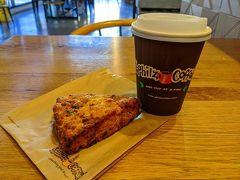開場まで時間があったので、Walgreensを見て、Philz Coffeeでコーヒーとスコーンのおやつ。