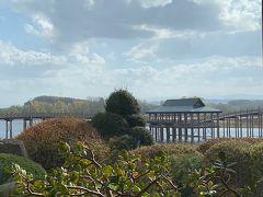 鶴の舞橋は平成6年7月8日、岩木山の雄大な山影を湖面に美しく映す津軽富士見湖に、日本一長い三連太鼓橋「鶴の舞橋」として架けられました。全長300メートルもの三連太鼓橋はぬくもりを感じさせるような優しいアーチをしており、鶴と国際交流の里・鶴田町のシンボルとして、多くの人々に愛されています。  岩木山を背景にした舞橋の姿が鶴が空に舞う姿に見えるとも言われ、また、橋を渡ると長生きができるとも言われています。夜明けとともに浮かび上がる湖面の橋の姿や、夕陽に色づく湖と鶴の舞橋は絶景で、季節の移り変わりと共に多くの観光客たちの目を楽しませています