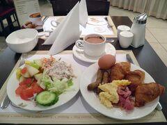 今日は8時半起き。朝食の一部が昨日と変わっている。