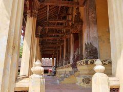 チェックアウトしたら荷物を預けてお寺を見学。 少しはラオスらしいことをしなければ。 こちらはワットシーサケット。