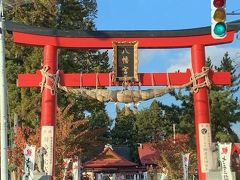 弘前城の鬼門(風水で北東の方角をいう)の押さえとして八幡村(旧岩木地区)から遷座されたものです。 藩政時代は、領内の総鎮守の社でもありました。 軒の唐破風や四隅の軽いそりなどの屋根部分が特徴的です。
