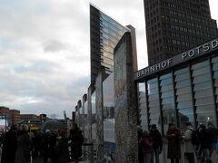 壁の後を追い続けるとポツダム広場に到着。