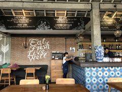 ウオータークレスカフェはウブドで外国人に人気のカフェ。朝から賑わっています。 1階はすでに満席だったので2階へ。