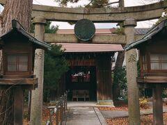 と思いながら上ってみたら、稲荷神社でした(そういえば、鳥居が朱かったじゃあ~りませんか)。ご挨拶して、もと来た道を戻ると、