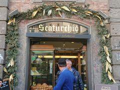 しばらく歩いて老舗のお菓子屋スカトゥルキオで一休みしてナポリ名物のババとスフォリアテッラを店頭で食べます。奥には小さなカフェカウンターがあり、エスプレッソなど飲みながら立って食べてる人も。