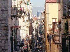 とうとう歩いてナポリの喧噪のスパッカナポリ界隈まで来てしまいました。
