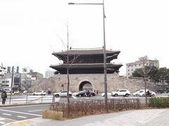 昼食のため明洞から東大門に移動 東大門駅⑨出口上ったところにあります 10年以上前に1度放火されたけど見事に 復元されました