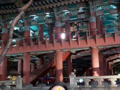 普信閣でしばし休憩 韓国の大晦日は混み合うらしいですよ 日本の除夜の鐘みたいではなくイベントで 賑わうようです 地下鉄でホテルに戻ります