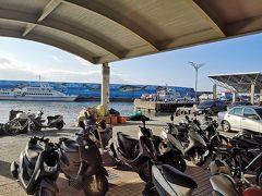 前日にチケットを 予約した時に (※詳しくはこの前の旅行記を参照) 9:00のフェリーだから 8:15~8:30に船着き場に来るように 言われました。  チケットですが、ネットからも 購入出来るようです。 http://www.ezboat.com.tw/index.php   海浜公園すぐ近くの カイシェンスターライトホテル泊なので タクシーで15分ほどで到着しました。  ちなみに昨日、 ここ富岡漁港や、 漁港から歩いて5分ほどの 小野柳に来ていたときに ホテルの自転車に乗った人を見かけました。  自転車でも来れないことはないけど 30分くらいはかかるんじゃないかと思います。