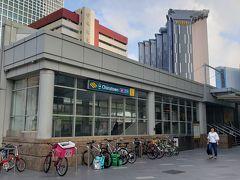 関空から夜行便でシンガポールに早朝着。ホテルに荷物を預けるため、MRTに乗ってチャイナタウン駅にやって来ました。目指すホテルは駅から至近の立地。写真のチャイナタウンポイント・ショッピングモール前の出口からだと、横断歩道を渡ってすぐです。