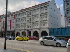 ブリスホテル・シンガポールは古風な外観ですが、建物に入ると近代的な洗練されたイメージ。お隣は格安で人気のホテル81、コンビニもすぐ近くで便利です。
