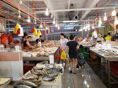 その後も街をブラブラ。チャイナタウン・コンプレックスの地下には、魚介や野菜が並ぶウェットマーケットがありました。実は市場フェチの私、アジアのマーケットの雰囲気が大好きです。珍しい魚、見たことのない食材・・・市場の活気に触れてワクワクします。