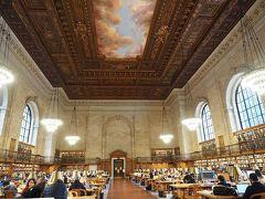 こちらがメインとなる図書スペース、すごーーーい! これが世界の中心ニューヨークの図書館!ニューヨーカーが勉強する場所!  何がすごいって、写真に写っているのはホールの半分だけなのです。 このホールは、部外者は立ち入り禁止。 写真がゆるされるのも、こっち側だけ。