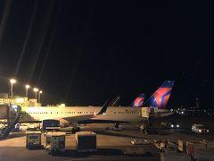ホノルルをデルタで出発。  今回は思いっきり安いチケットがホノルルからパリ経由のマドリッド行きを購入することが出来たので、 2年前にポルトガルとスペインの旅のに行った時、立ち寄ることができなかった都市をまわることに。  ホノルルをでて最初のストップはシアトルのタコマ空港。  デルタエアーが思った以上に快適!  タコマでは5時間待ち。