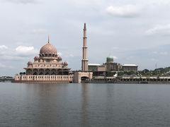 船に乗ってプトラジャヤ湖から観光です。