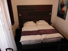 宿泊するホテル「ログ イン ルームズ」の部屋です。ちょっと狭い部屋です。 1泊朝食無しで7,170円(市税別)とリーズナブルでした。 部屋は2階でエレベーターはありません。 チェックインはスームーズに済みで簡単な観光案内、パンフレットも頂きました。