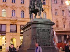 広場の中心にはイェラチッチ総督の騎馬像があります。