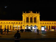 トミスラブ広場の正面にあるのがザグレブ中央駅です。 ヨーロッパ風の風格を感じる、立派な外観の駅舎です。