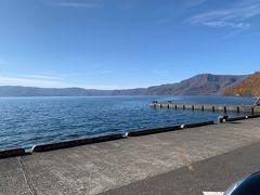 十和田湖に向かいました 十和田八幡平国立公園の中にあり、十和田観光の中核となる湖。湖面標高400mの二重式カルデラ湖。十和田火山の大噴火と陥没によってできたと考えられている。水深は最も深い地点で327m、周囲44km、面積61.02平方km。地殻変動によってできた地層が断崖となって湖岸を囲んでいる。湖上遊覧ができるほか、瞰湖台(かんこだい)、御鼻部山(おはなべやま)展望台などからの眺めも美しく、乙女の像などの見どころも多い。四季それぞれに美しいが、特に紅葉の美しさは日本一とも言われる。湖畔沿いは、樹木が芝生に木陰をつくり、美しい景色を眺めながらのんびり散策を楽しむことができる。湖に突き出した中山半島には十和田神社がある