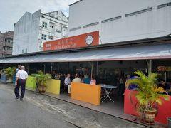 朝食はホテルから徒歩5分の「泉春茶室」にやって来ました。ここも現地スタッフお薦めのカフェで、サラワク・ラクサが人気です。