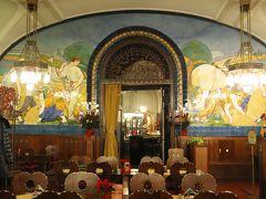 プルゼニ レストランPilsen Restaurant (Plzeňská restaurace)  アールヌーヴォー様式の装飾にも うっとり~♪ 椅子の背がハート形なのも可愛い~♪