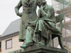 グリム兄弟の像