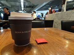もっとも、飲み物と食事以外の時間は眠ることができましたね。  飛行機は、ほぼ定刻どおり午前5時に到着。 入国手続きなどを経て、空港内の「DEAN & DELUCA」でバンコク観光ツアーの送迎時間まで休憩します。  コーヒーが美味しいです。