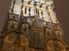 共和国広場 Republic Square (Namesti Republiky)の一画にある 火薬塔 (火薬門) The Powder Tower (Prašná brána)、、 「王の道」のスタート場所、、  ライトアップされて施された彫刻も浮かび上がってより美しい~♪