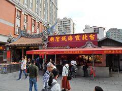 進行方向の右手にあるのが「霞海城隍廟」です。